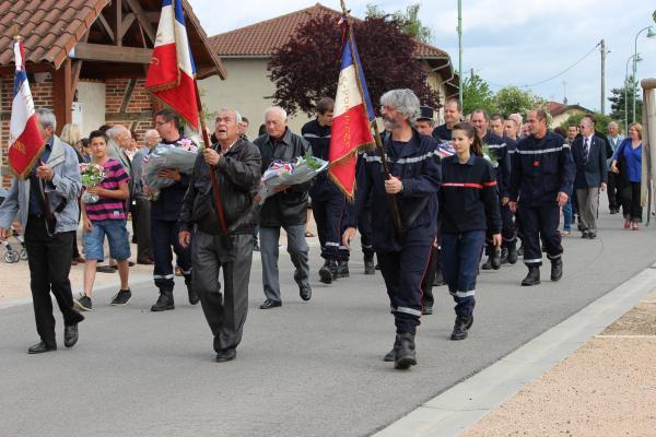 A 10h15, le défilé est parti de la place du village en direction du monument aux morts