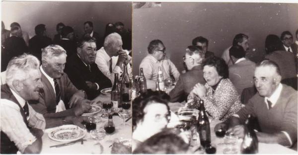 Les anciens lors d'un banquet communal. En arrière plan : Monsieur Germain, ancien instituteur et secrétaire de mairie, mémoire du village
