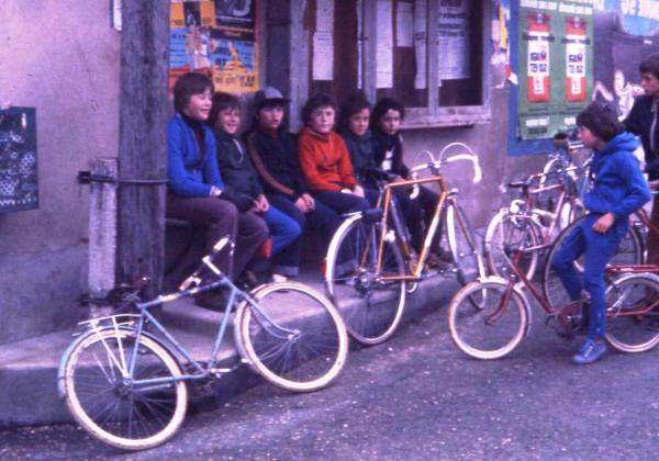 Les jeunes devant l'écurie de M. Joly (la petite salle de réunion aujourd'hui).