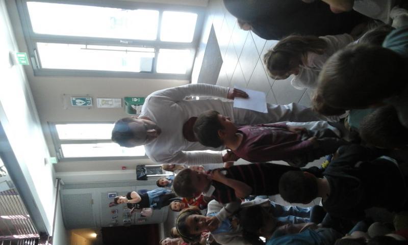 acteur accompagnant des élèves à l'installation.